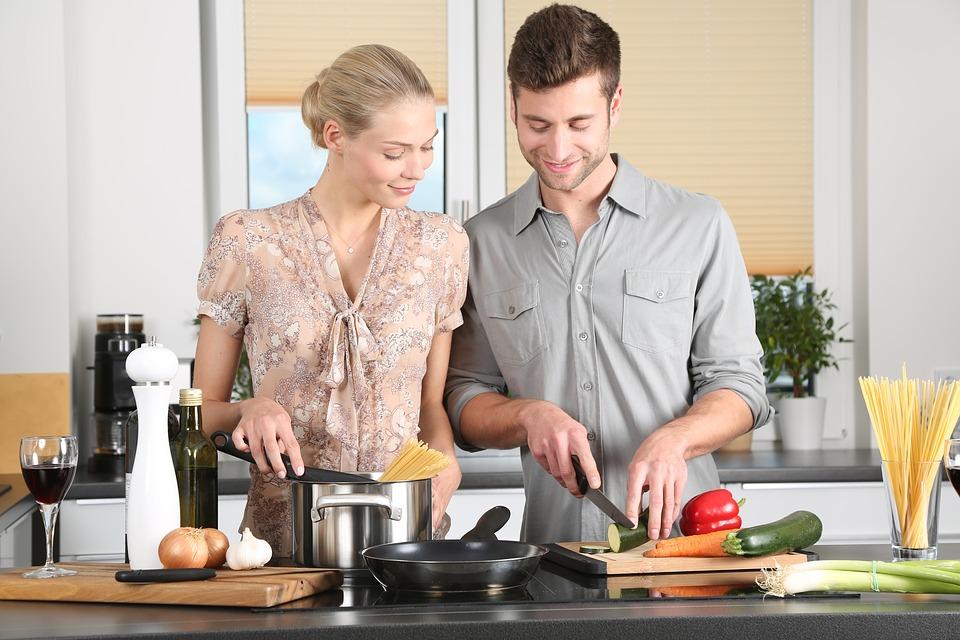 בעל ואשה בסדנת בישול