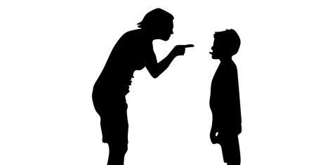 הורה מעניש ילד