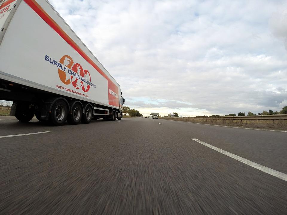 משאית בנתיב תחבורה ציבורית