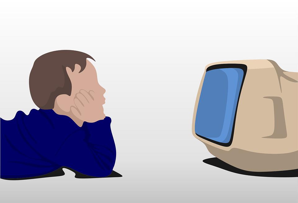 ילד רואה טלויזיה