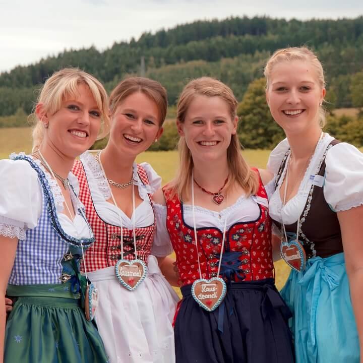 4 נשים מחייכות בלבוש בווארי מסורתי