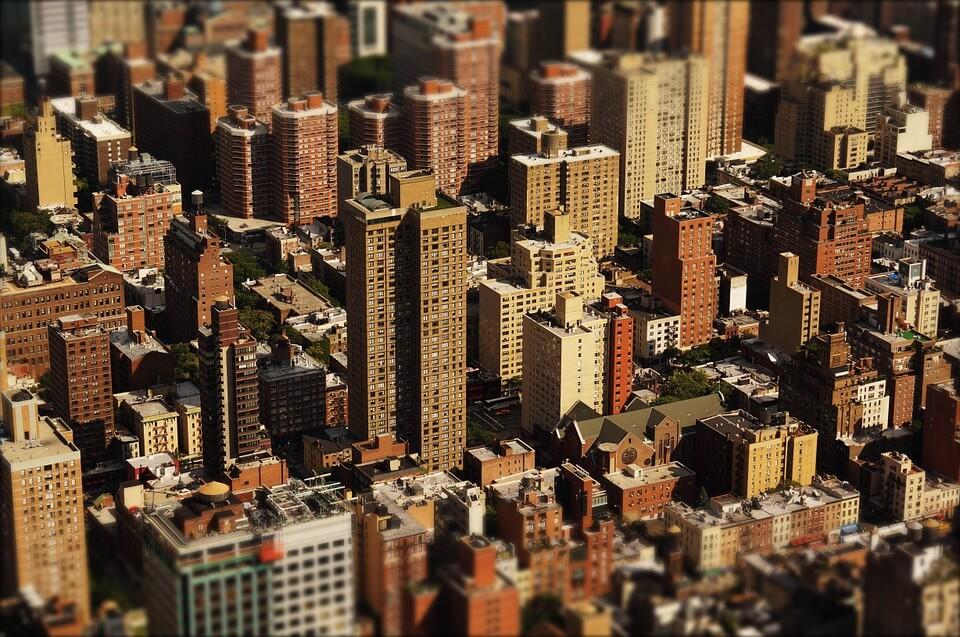הרבה בניינים בתצלום מלמעלה