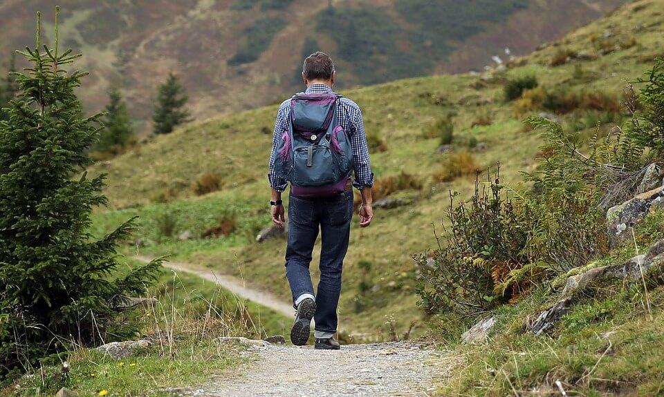 גבר מטייל בטבע עם תיק גב
